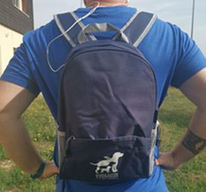 sac a dos bleu avec logo blanc de l'association. Il est équipe d'une poche avant et sortie pour écouteur