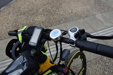 la sonnette est placée sur un guidon de vélo